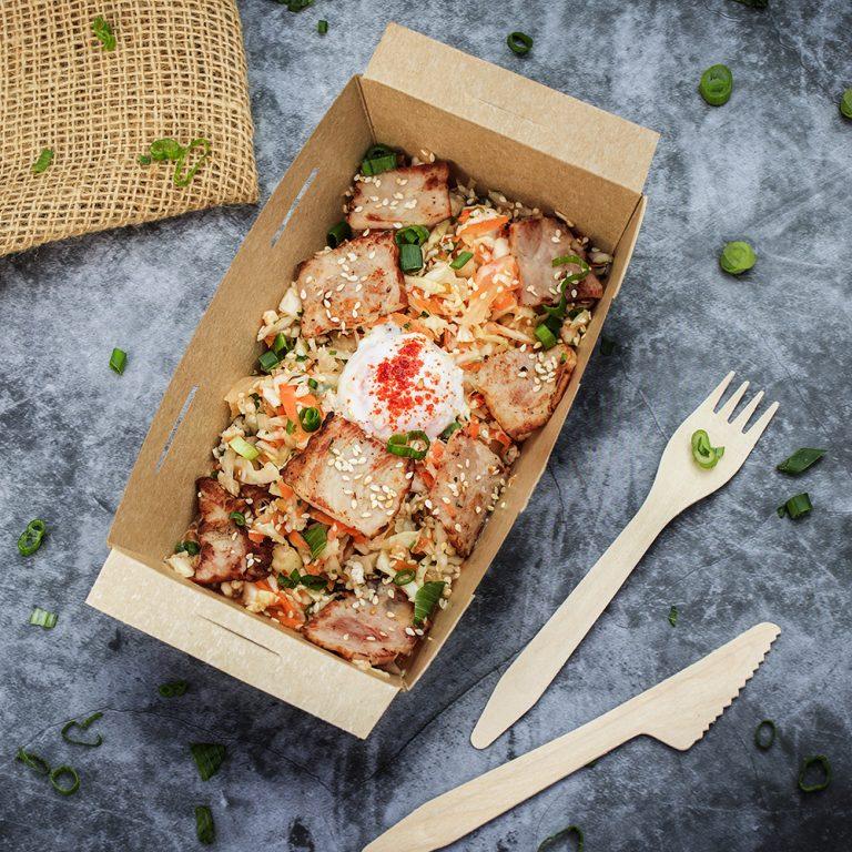 zeleva-salata-s-aziatski-podpravki-bekon-poshirano-yace